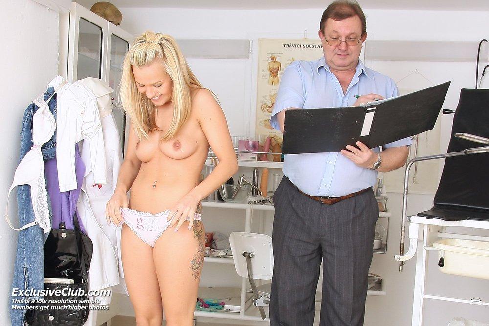 Блондинка у гинеколога на приеме