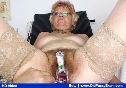 парнуха старуха на гинекологическом стуле с игрушками